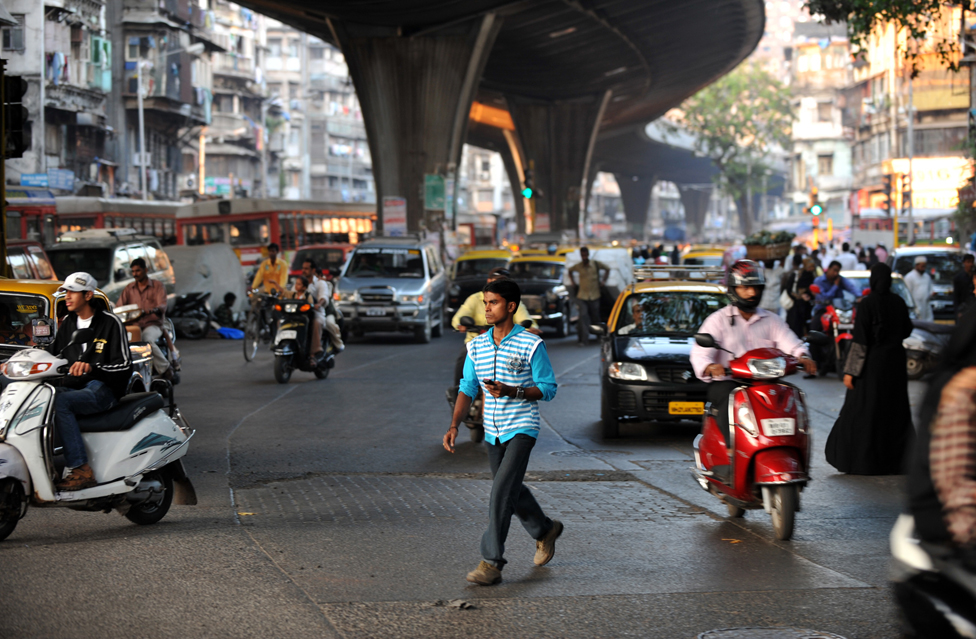 Pedestrian braves Mumbai traffic