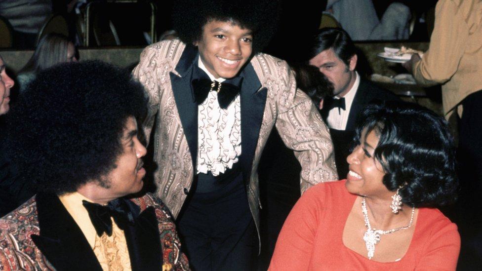 Michael Jackson de niño junto a sus padres.