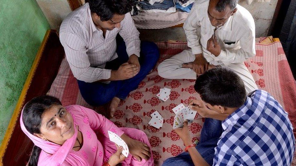 أسرة من ريف الهند تلعب كوتشينة