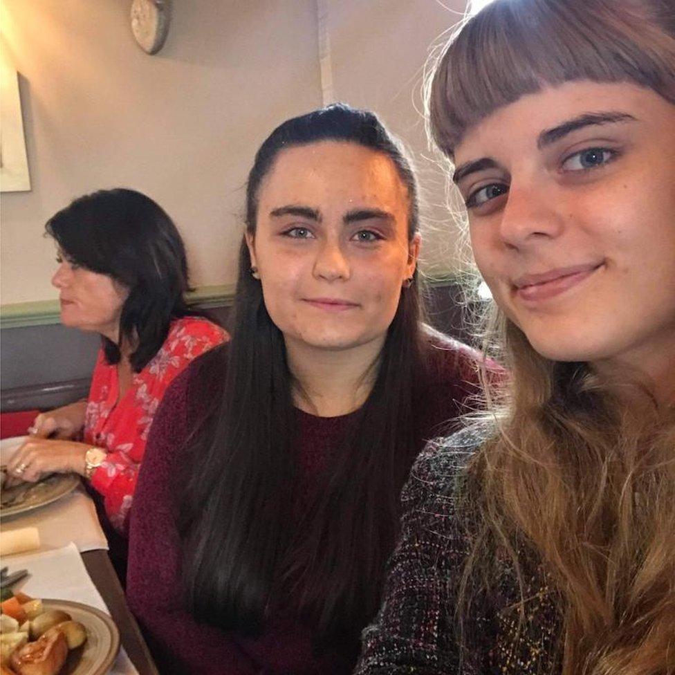 Kirstie (derecha) y Laura en el cumpleaños número 18 de la última que no pudo comer su pastel.