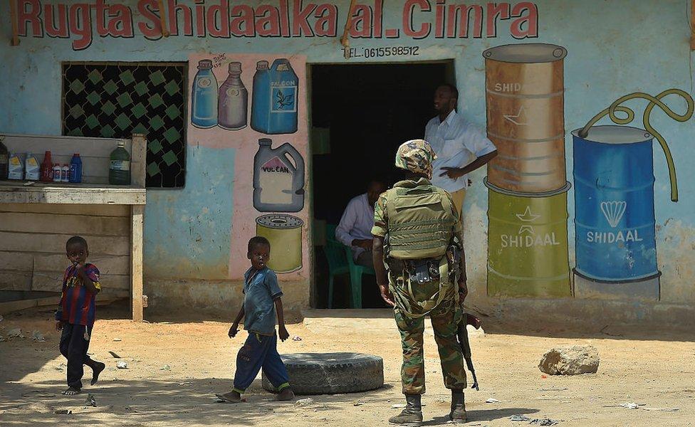جندي من الاتحاد الأفريقي خارج متجر