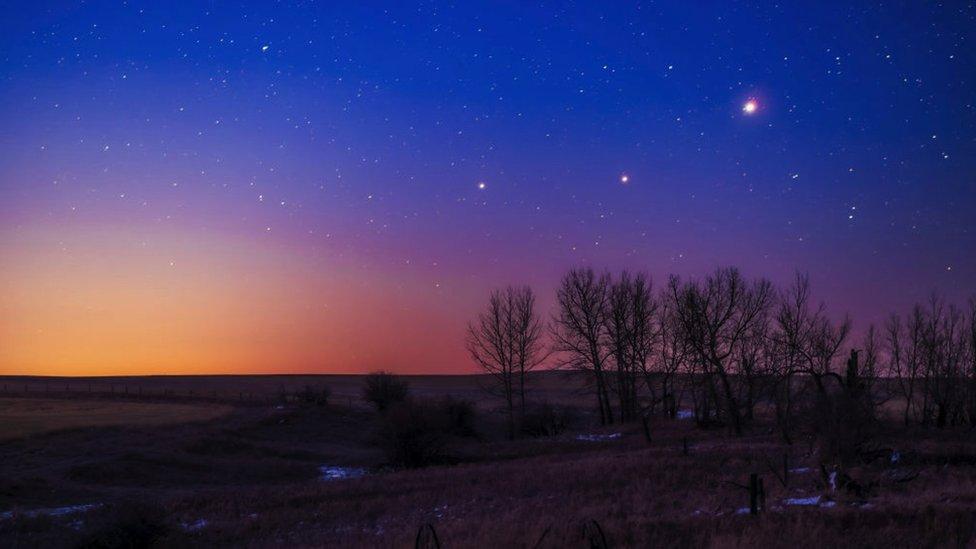 I tre pianeti, Saturno, Marte e Giove, si allineano al mattino come si è visto da una casa ad Alberta, in Canada, il 26 marzo 2020.