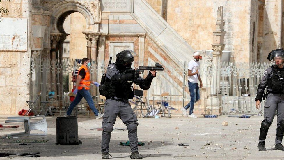 Enfrentamientos entre palestinos y policías israelíes en las inmediaciones de la mezquita Al Aqsa.