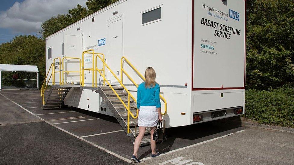 Una mujer acude a un centro de diagnóstico del NHS: