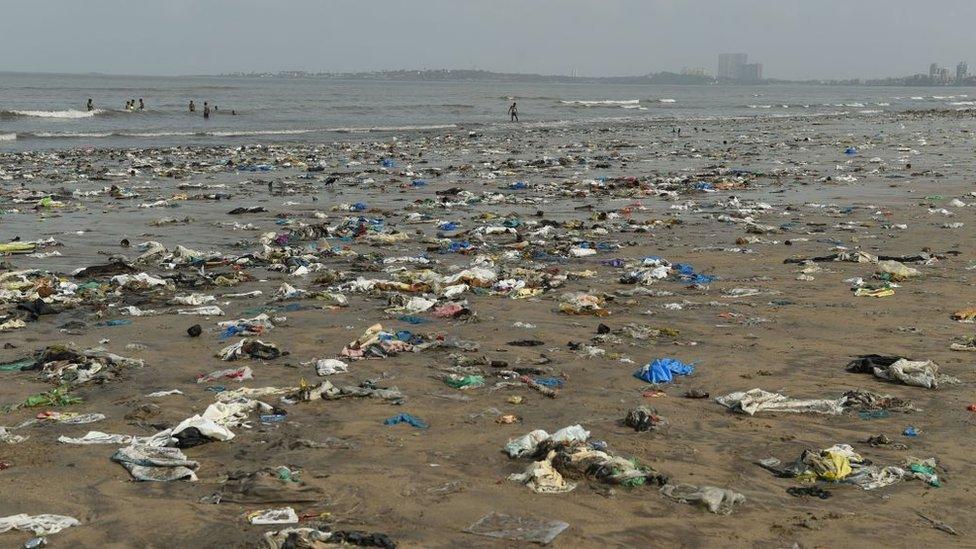 Playa en Mumbai llena de desechos.