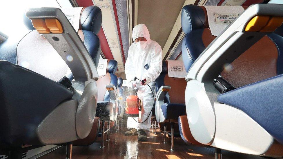 Bir treni dezenfekte eden işçi.