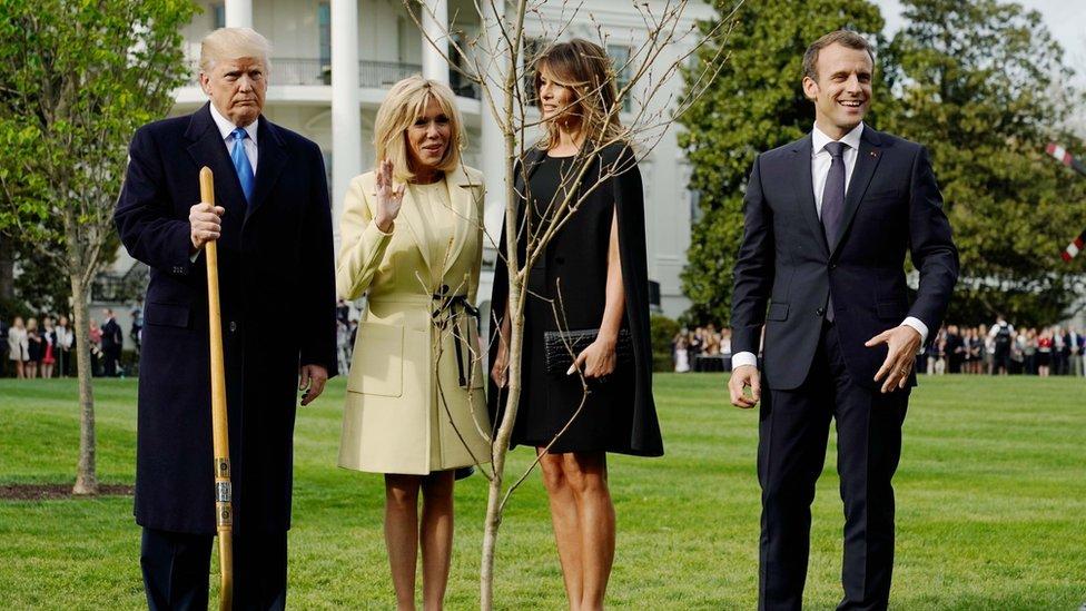 Donald Trump, Brigitte Macron, Melania Trump y President Emmanuel Macron posan con el árbol.