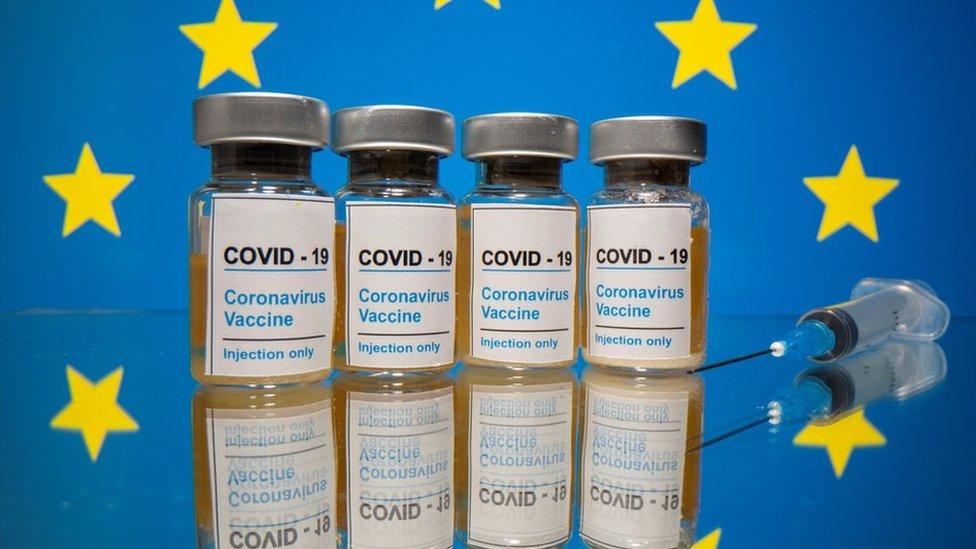 Vacunas con la bandera de la UE de fondo