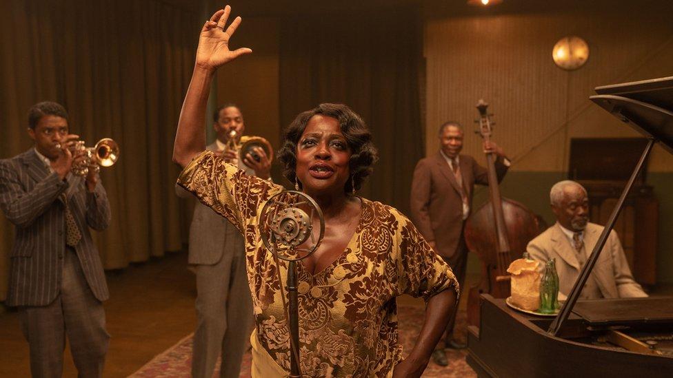 """Chadwick Boseman y Viola Davis con otros actores del reparto de """"La madre del blues"""""""