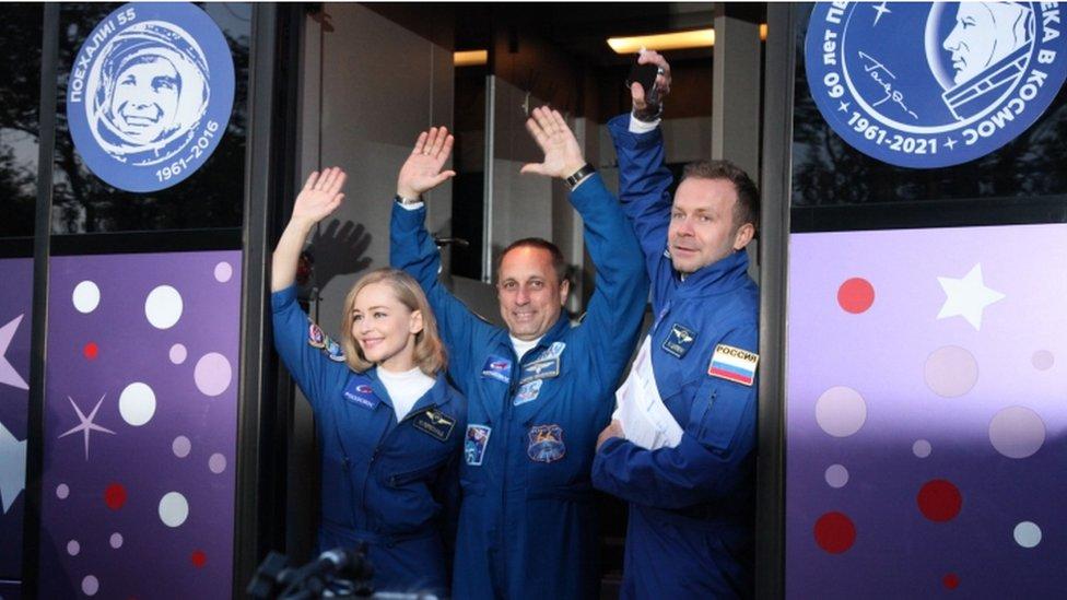 الممثلة يوليا بيريسيلد إلى جانب رائد الفضاء أنطون شكابلروف والمخرج كليم شيبينكو