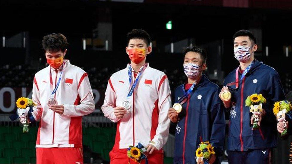 Li Junhui y Liu Yuchen de China (en blanco) con sus rivales taiwaneses durante la ceremonia de premiación.