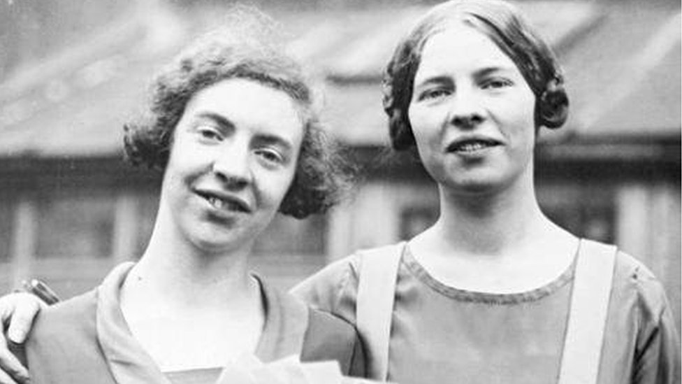 The opera-loving sisters who 'stumbled' into heroism - BBC News