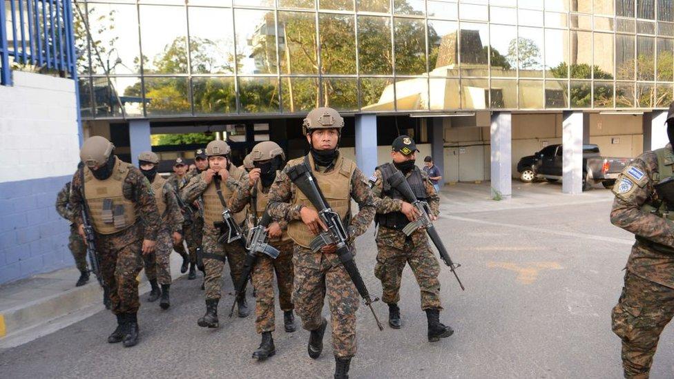 Soldados en las inmediaciones del Parlamento.