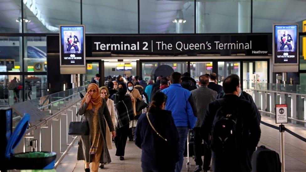 زحام المسافرين في مطار هيثرو