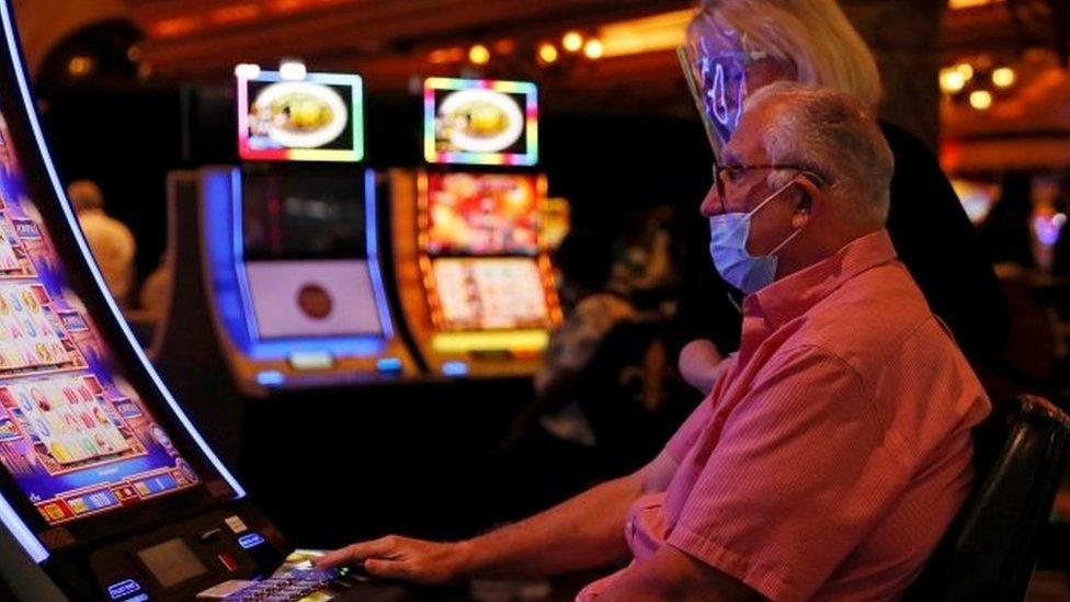 Homem joga em cassino em Las Vegas
