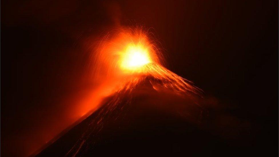 El cráter del Volcán de Fuego cobró un brillo naranja por las noches, gracias a la lava que expulsa durante la erupción.