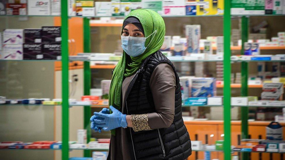 Žena sa maskom u apoteci u Moskvi