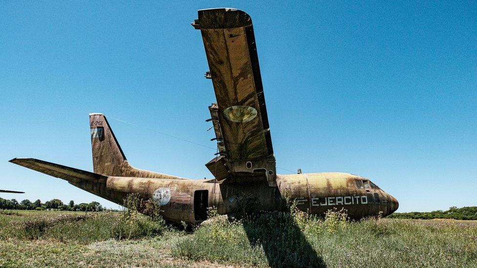 Avión abandonado en Campo de Mayo.