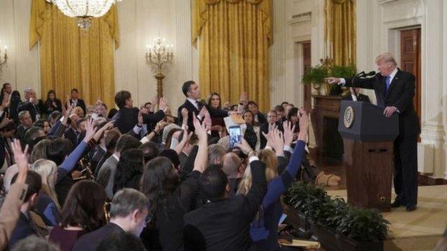 2018年,特朗普在一場記者會上和CNN記者發生爭吵