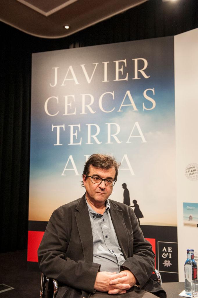 Javier Cercas con la portada de Terra Alta detrás.