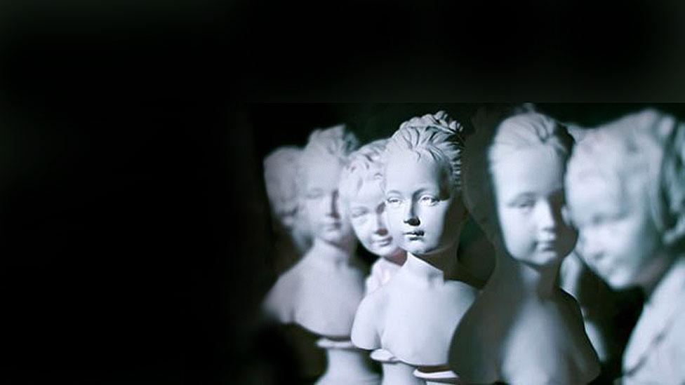 Bustos de La Desconocida del Sena en el taller Lorenzi de París.