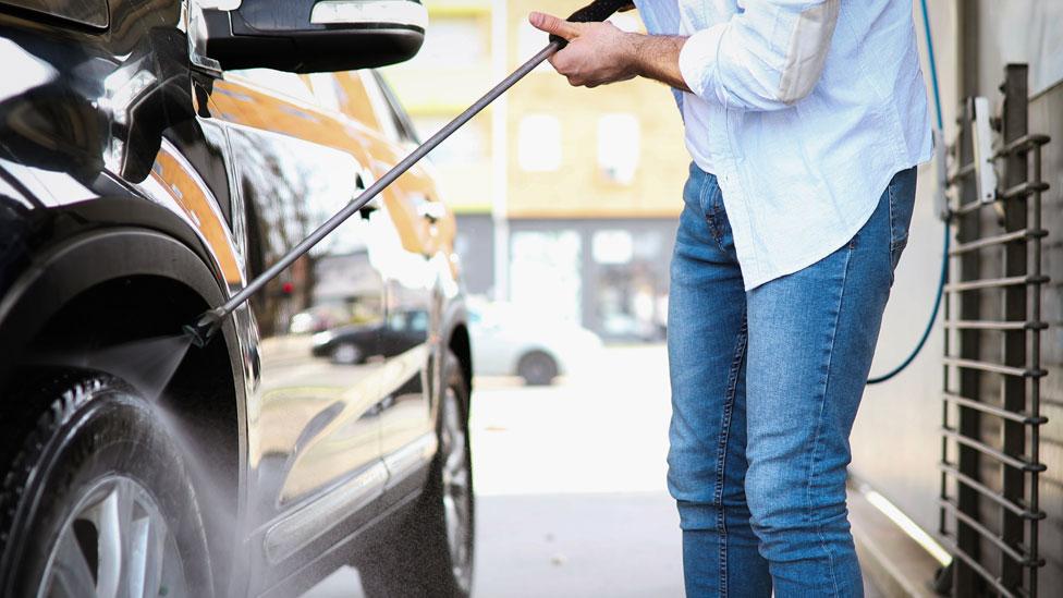 Hombre lavando un automóvil
