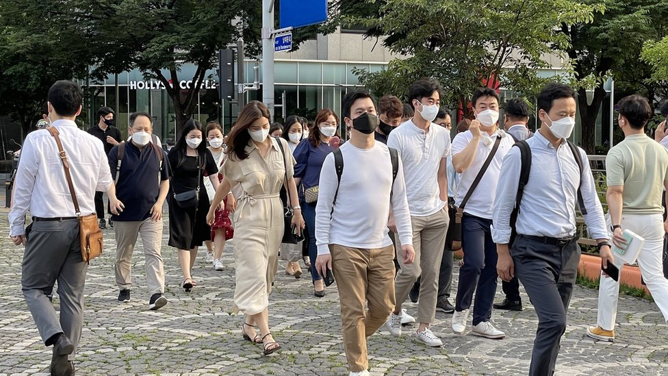 Pessoas de máscaras em Seul