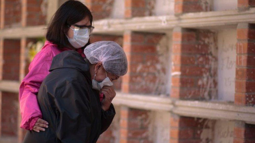A pandemia covid-19 não se resolve apenas por vias médicas, acreditam cientistas que analisam a situação atual a partir do arcabouço conceitual da sindemia
