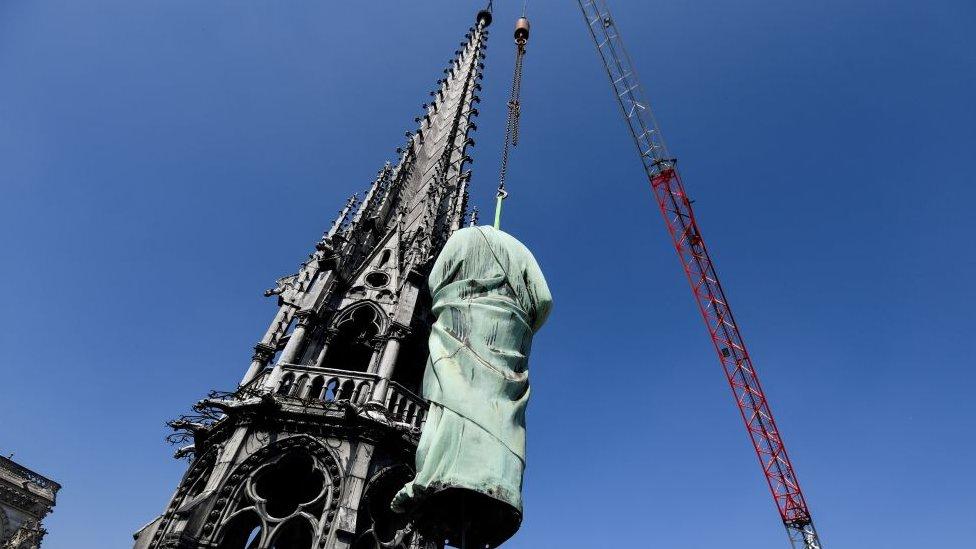 Estatuas retiradas en Notre Dame.
