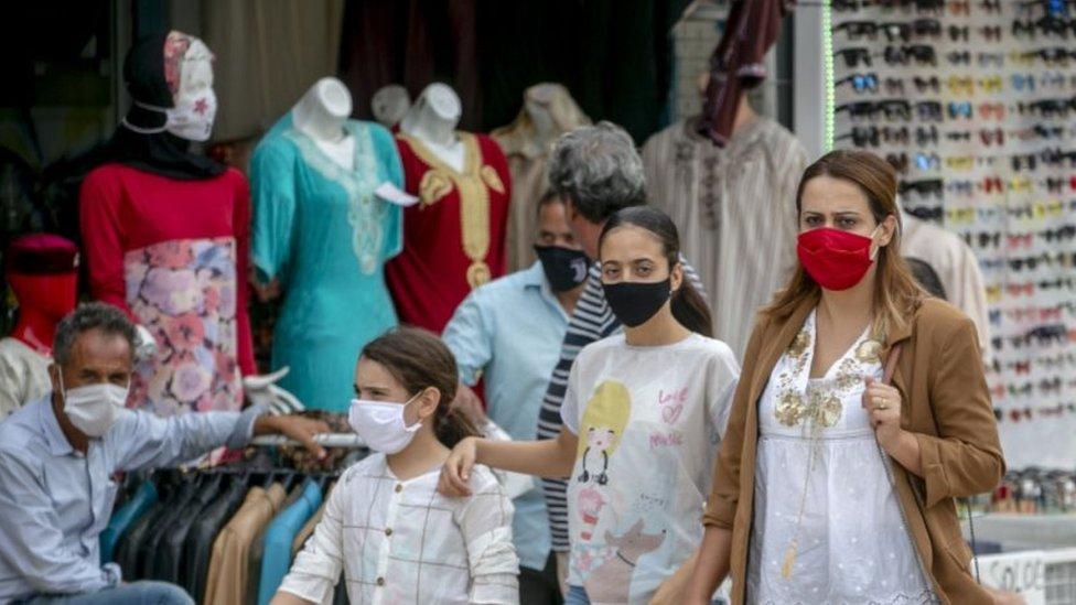أسرة في شوارع تونس
