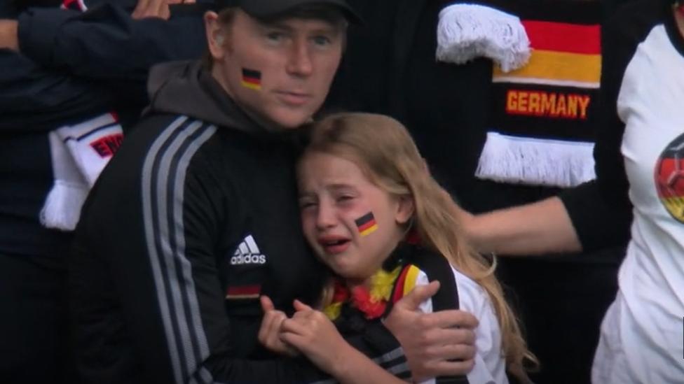 ظهرت الفتاة وهي تبكي بعد هزيمة ألمانيا أمام أنجلترا في ملعب ويمبلي
