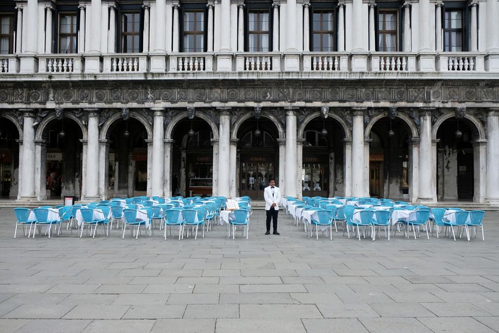 Konobar nema koga da usluži u restoranu na Trgu Svetog Marka u Veneciji, koji je u normalnim okolnostima jedan od najposećenijih gradova