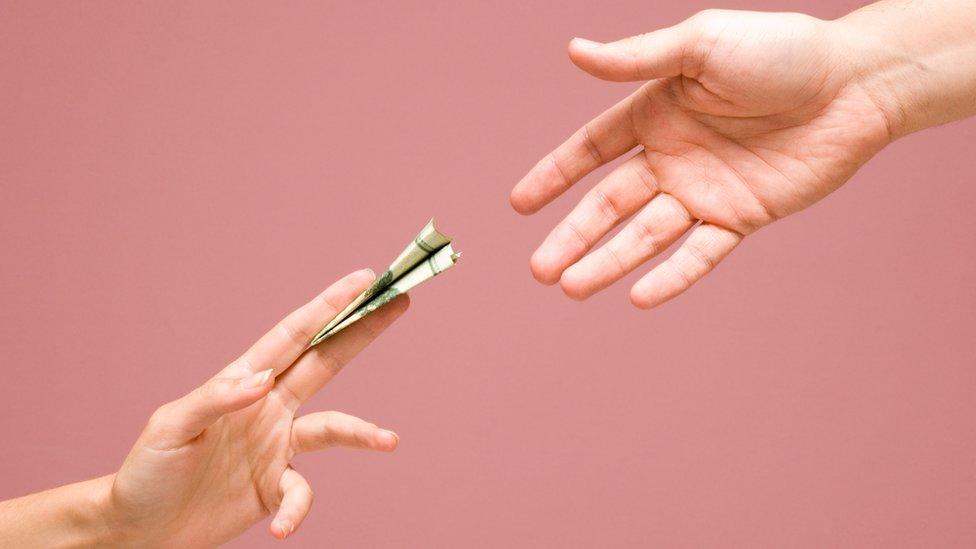 Mujer dándole dinero a hombre