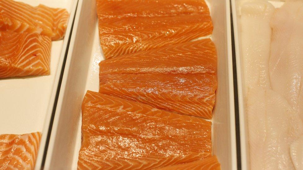 海水三文魚片的肉色偏橙色。