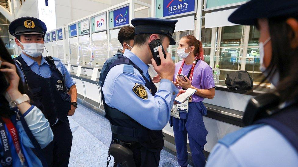 Krystina Timanovskaya rodeada por la policía japonesa