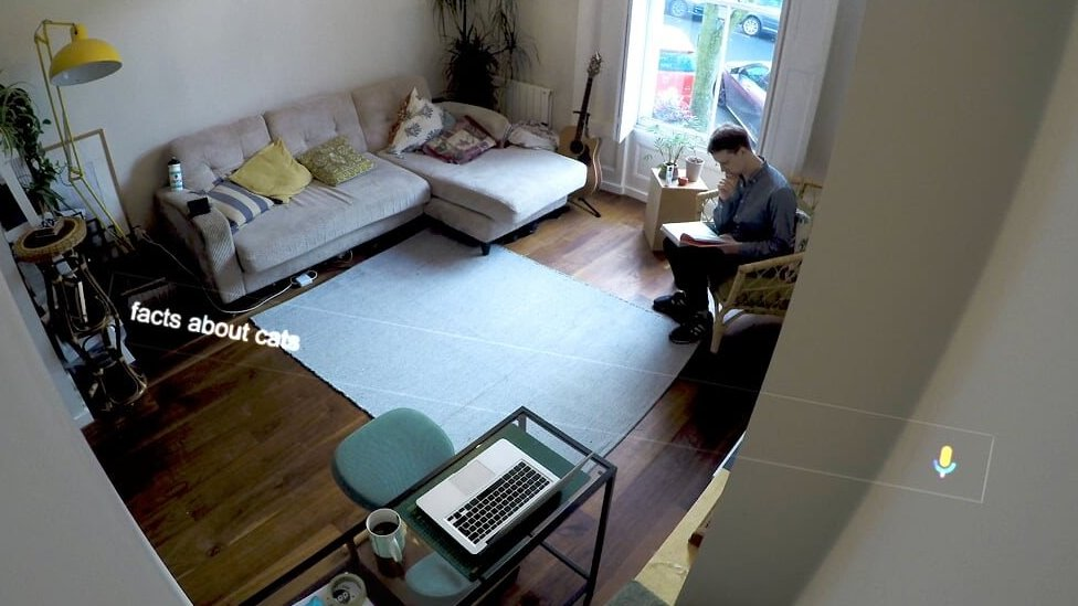 Stephen Beckett trabajando en su casa.