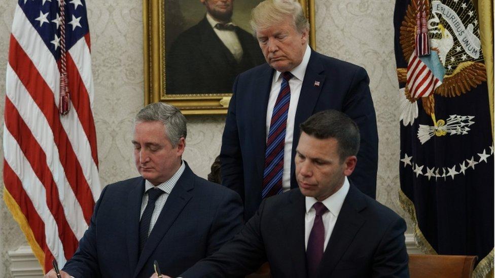 Donald Trump observa la firma del acuerdo migratorio entre EE.UU. y Guatemala