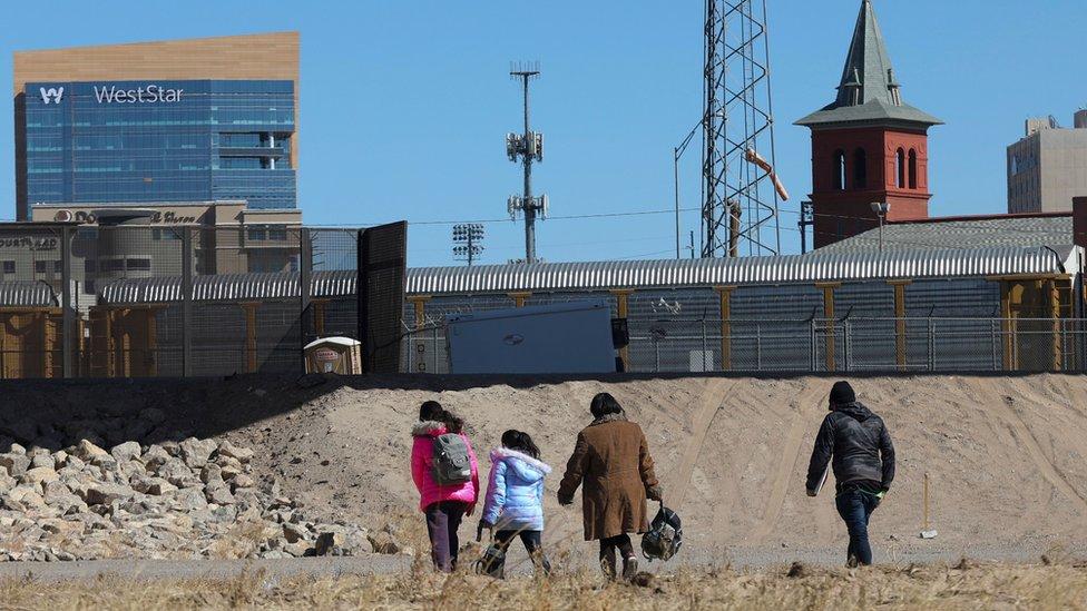 Migrantes cruzan el rio Bravo.