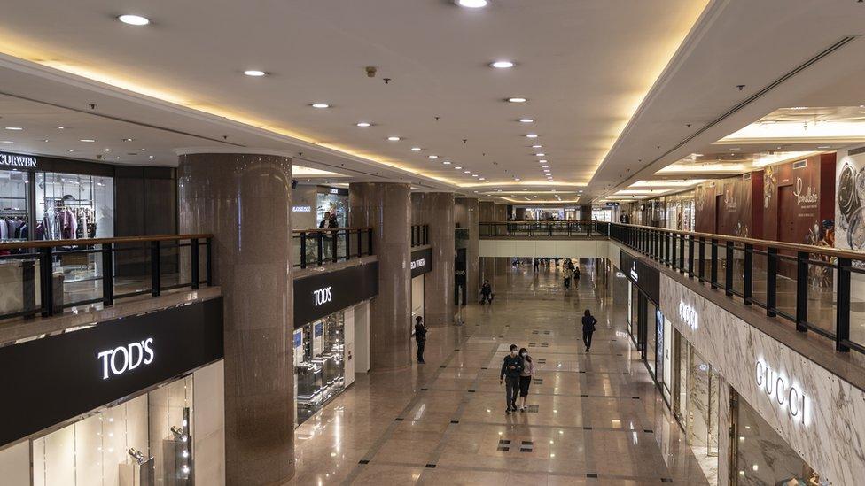 疫情爆發後,香港旅遊及零售業備受打擊,商場人流稀少。