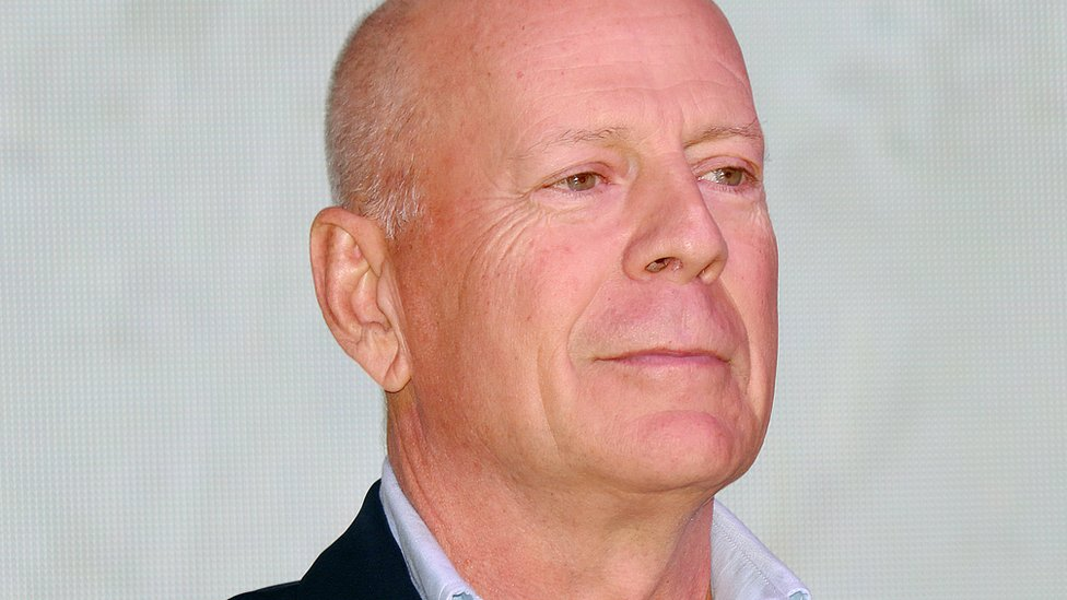 Bruce Willis admits 'error of judgement' over face mask thumbnail
