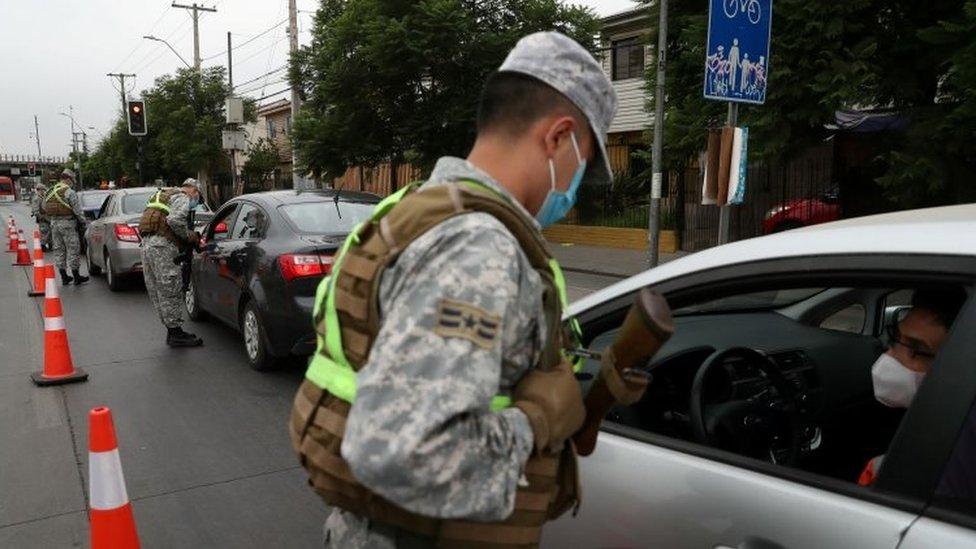 Militares chilenos en un control vehicular