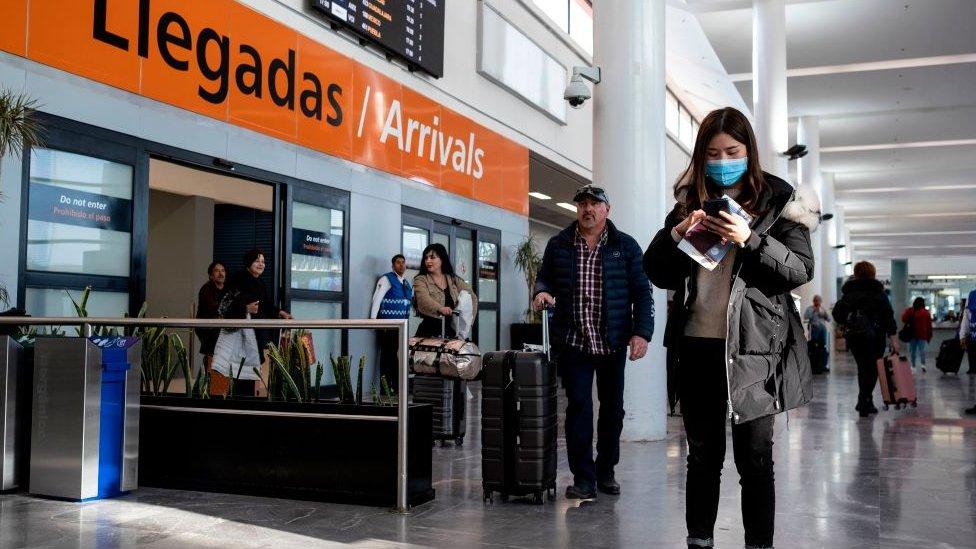Viajeros en el aeropuerto de Ciudad de México.