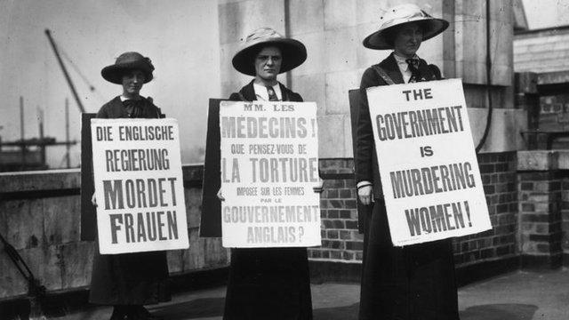 Tres sufragistas protestnado