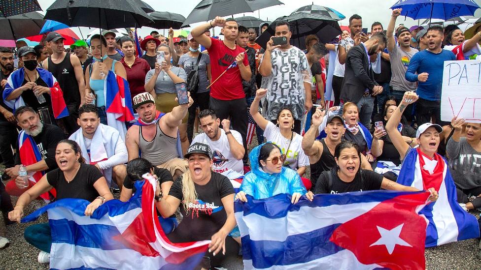 Manifestantes en la autopista Palmetto con banderas de Cuba