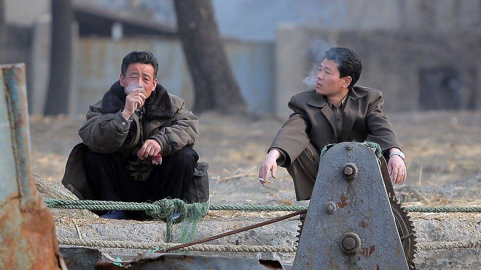 dvojica muškaraca puše