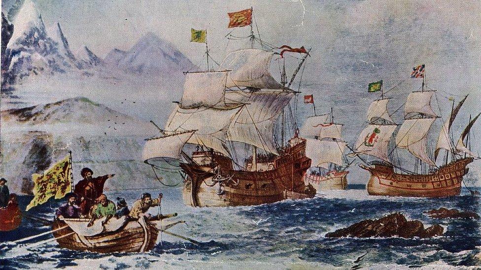 Ilustración de la expedición pasando lo que se conoce hoy como estrecho de Magallanes.