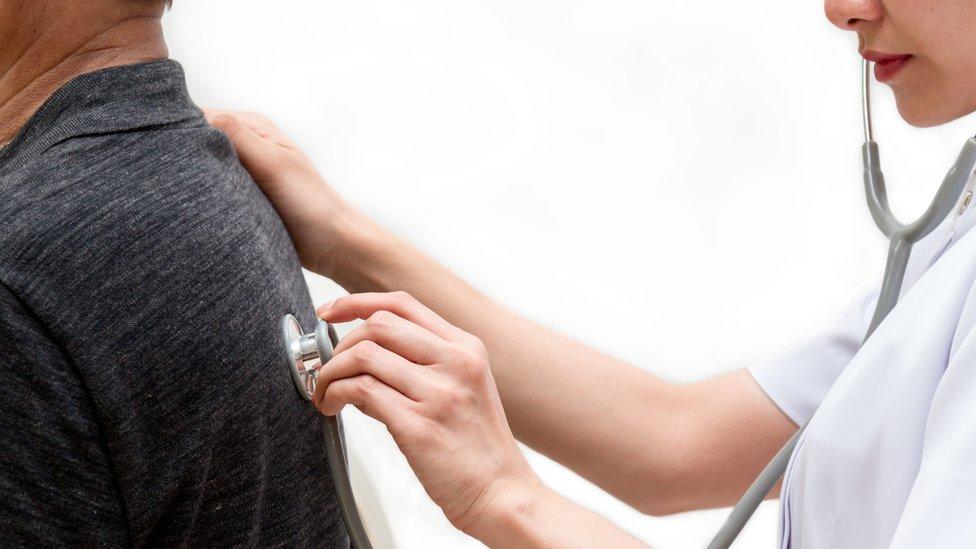 Si las dificultades para respirar se prolongan en el tiempo, hay que visitar a un doctor.