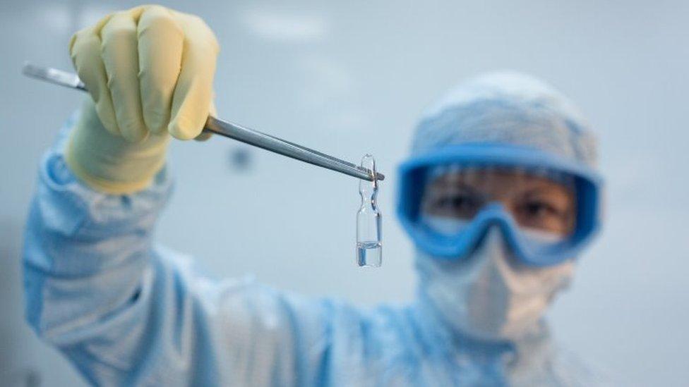 Una persona sostiene una vacuna