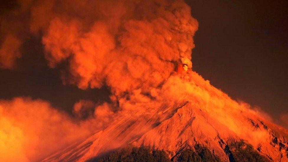 La nube de cenizas que sale del volcán puede ser apreciada a gran distancia del mismo.