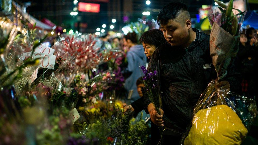 許多香港市民都會到年宵市場,購買年花、賀年食品等凖備渡過農曆新年。